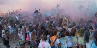 Άνθρωποι που χορεύουν στο χρωματισμένο πολεμικό γεγονός, Λάρνακα, Κύπρος Στοκ Φωτογραφίες