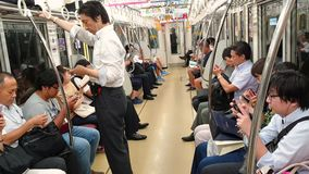 Άνθρωποι που χρησιμοποιούν τα έξυπνα τηλέφωνα μέσα στο βαγόνι εμπορευμάτων υπογείων οδηγώντας Έννοια της έλλειψης επικοινωνίας στ απόθεμα βίντεο