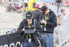 Άνθρωποι που χρησιμοποιούν τις σύγχρονες ηλεκτρονικές συσκευές για να διαβιβάσει τα στοιχεία - γύρος δ Στοκ εικόνα με δικαίωμα ελεύθερης χρήσης