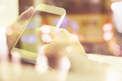 άνθρωποι που χρησιμοποιούν το έξυπνο τηλέφωνο Στοκ εικόνες με δικαίωμα ελεύθερης χρήσης