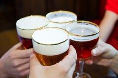 Άνθρωποι που ψήνουν με μια εύγευστη μπύρα χλωμής αγγλικής μπύρας στοκ εικόνες