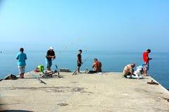 Άνθρωποι που ψαρεύουν στην αποβάθρα Στοκ Φωτογραφίες