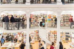Άνθρωποι που ψωνίζουν για τα βιβλία στη βιβλιοθήκη Στοκ Εικόνες