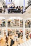 Άνθρωποι που ψωνίζουν για τα βιβλία στη βιβλιοθήκη Στοκ εικόνα με δικαίωμα ελεύθερης χρήσης