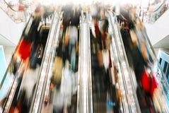 Άνθρωποι που ψωνίζουν στη λιανική λεωφόρο Στοκ Εικόνα