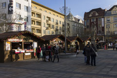 Άνθρωποι που ψωνίζουν στις παραδοσιακές αγορές Χριστουγέννων στην πλατεία Masaryk, Οστράβα Στοκ Εικόνα
