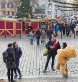 Άνθρωποι που ψωνίζουν στις παραδοσιακές αγορές Χριστουγέννων στην ειρήνη τετραγωνικό Namesti Miru στην Πράγα, Τσεχία Στοκ εικόνα με δικαίωμα ελεύθερης χρήσης