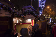 Άνθρωποι που ψωνίζουν στις παραδοσιακές αγορές Χριστουγέννων στην ειρήνη τετραγωνικό Namesti Miru στην Πράγα, Τσεχία Στοκ Εικόνες