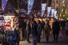 Άνθρωποι που ψωνίζουν στις παραδοσιακές αγορές Χριστουγέννων στην ειρήνη τετραγωνικό Namesti Miru στην Πράγα, Τσεχία Στοκ φωτογραφίες με δικαίωμα ελεύθερης χρήσης