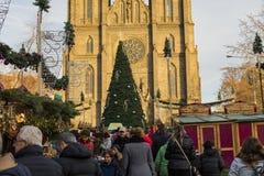 Άνθρωποι που ψωνίζουν στις παραδοσιακές αγορές Χριστουγέννων στην ειρήνη τετραγωνικό Namesti Miru στην Πράγα, Τσεχία Στοκ εικόνες με δικαίωμα ελεύθερης χρήσης