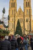 Άνθρωποι που ψωνίζουν στις παραδοσιακές αγορές Χριστουγέννων στην ειρήνη τετραγωνικό Namesti Miru στην Πράγα, Τσεχία Στοκ Εικόνα