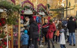 Άνθρωποι που ψωνίζουν στις παραδοσιακές αγορές Χριστουγέννων στην ειρήνη τετραγωνικό Namesti Miru στην Πράγα, Τσεχία Στοκ φωτογραφία με δικαίωμα ελεύθερης χρήσης