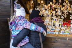 Άνθρωποι που ψωνίζουν στις παραδοσιακές αγορές Χριστουγέννων στο Masaryk τετραγωνικό Masarykovo Namesti στο Μπρνο, Τσεχία Στοκ εικόνα με δικαίωμα ελεύθερης χρήσης