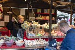 Άνθρωποι που ψωνίζουν στις παραδοσιακές αγορές Χριστουγέννων στο Masaryk τετραγωνικό Masarykovo Namesti στο Μπρνο, Τσεχία Στοκ Εικόνα