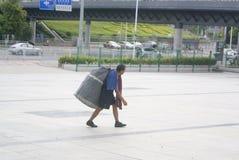 Άνθρωποι πόλεων που σαρώνουν, στην Κίνα Στοκ εικόνες με δικαίωμα ελεύθερης χρήσης