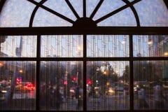 Άνθρωποι πόλεων behid το γυαλί Στοκ Εικόνες