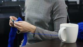 Άνθρωποι, ραπτική, handycraft έννοια Νέο όμορφο πλέξιμο γυναικών με το πλέξιμο της βελόνας και του μπλε νήματος Χαμόγελο lifestyl φιλμ μικρού μήκους