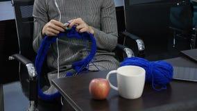 Άνθρωποι, ραπτική, handycraft έννοια Νέο όμορφο πλέξιμο γυναικών με το πλέξιμο της βελόνας και του μπλε νήματος Χαμόγελο lifestyl απόθεμα βίντεο