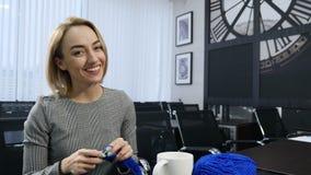 Άνθρωποι, ραπτική, handycraft έννοια Πορτρέτο του νέου όμορφου πλεξίματος γυναικών με το πλέξιμο της βελόνας και του μπλε νήματος απόθεμα βίντεο