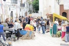 Άνθρωποι σε ένα σκηνικό κινηματογράφου σε Monte Sant'Angelo Στοκ Εικόνες