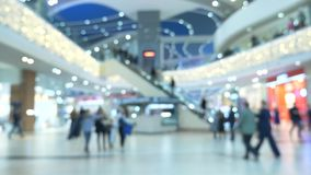 Άνθρωποι σε ένα σύγχρονο εμπορικό κέντρο Θολωμένοι τηλεοπτικοί, unrecognizable άνθρωποι 4K απόθεμα βίντεο