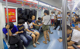 Άνθρωποι σε ένα υπόγειο τρένο στο Πεκίνο, Κίνα Στοκ Εικόνες