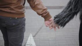 Άνθρωποι σε ευτυχή σχέση Backview των χεριών μιας αγάπης ζευγών εκμετάλλευσης, περπατώντας μαζί υπαίθρια, χαμόγελο και ομιλία φιλμ μικρού μήκους