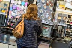 Άνθρωποι σε μια λεωφόρο αγορών Στοκ Εικόνες