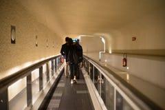 Άνθρωποι σε μια ζώνη μεταφορέων σε έναν διεθνή αερολιμένα Στοκ Εικόνες