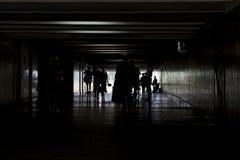 Άνθρωποι σε μια σκοτεινή σήραγγα Οι άνθρωποι ψάχνουν ένα φως στο τέλος της σήραγγας Έννοια Στοκ Εικόνες