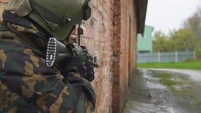 Άνθρωποι σε ομοιόμορφο στο υπόβαθρο της στρατιωτικής έκρηξης χειροβομβίδων στη δασική δύναμη αντίκτυπου και τη δύναμη των πυροβόλ απόθεμα βίντεο
