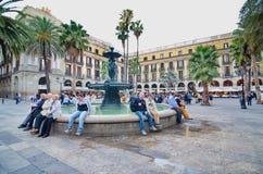 Άνθρωποι σε Placa Reial από το Λα Rambla (η λεωφόρος), Βαρκελώνη Στοκ Φωτογραφίες