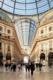 Άνθρωποι σε Vittorio Emanuele ΙΙ στοά στο Μιλάνο, Ιταλία Στοκ φωτογραφίες με δικαίωμα ελεύθερης χρήσης