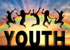 Άνθρωποι σκιαγραφιών που πηδούν πέρα από τη νεολαία λέξης στοκ φωτογραφία με δικαίωμα ελεύθερης χρήσης
