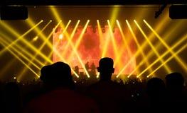 Άνθρωποι σκιαγραφιών στη συναυλία, ηλεκτρονική μουσική χορού, κίτρινο lig στοκ εικόνες