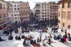 Άνθρωποι στα ισπανικά βήματα στην πόλη της Ρώμης Στοκ Εικόνες