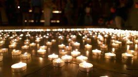 Άνθρωποι στα καίγοντας κεριά προσοχής υποβάθρου φιλμ μικρού μήκους