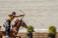 άνθρωποι στα κοστούμια των αρχαίων οθωμανικών στρατιωτών τοξοτών αυτοκρατοριών που πυροβολούν στον ανταγωνισμό τοξοβολίας στοκ φωτογραφίες