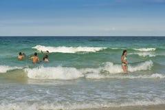 Άνθρωποι στα κύματα Κούβα Στοκ Φωτογραφία