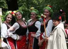 Άνθρωποι στα παραδοσιακά κοστούμια λαογραφίας Στοκ εικόνα με δικαίωμα ελεύθερης χρήσης