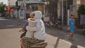 Άνθρωποι στα Drive μοτοσικλετών κατά μήκος της οδού το ηλιόλουστο πρωί απόθεμα βίντεο