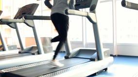 Άνθρωποι στην άσκηση γυμναστικής Τρέξιμο σε μια μηχανή φιλμ μικρού μήκους