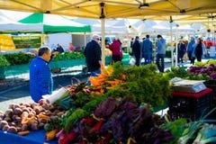 Άνθρωποι στην αγορά αγροτών ` Στοκ φωτογραφία με δικαίωμα ελεύθερης χρήσης
