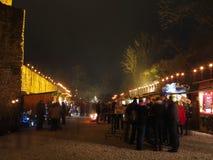 Άνθρωποι στην αγορά Χριστουγέννων στο παλαιό κάστρο τή νύχτα Στοκ Φωτογραφία