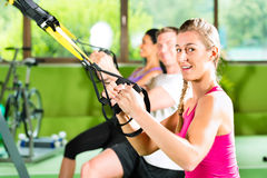 Άνθρωποι στην αθλητική γυμναστική στον εκπαιδευτή αναστολής στοκ εικόνες