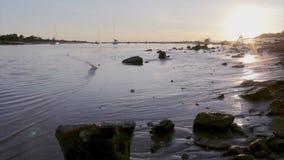 Άνθρωποι στην ανατολική quatro-Aguas παραλία, στο Ταβίρα Αλγκάρβε απόθεμα βίντεο