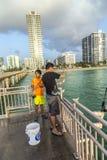 Άνθρωποι στην αλιεία της αποβάθρας στην ηλιόλουστη παραλία νησιών, Φλώριδα Στοκ φωτογραφία με δικαίωμα ελεύθερης χρήσης