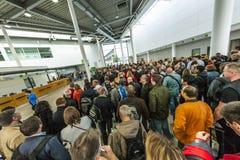 Άνθρωποι στην είσοδο την πρώτη ημέρα για τους ερασιτέχνες σε Photokin στοκ φωτογραφία με δικαίωμα ελεύθερης χρήσης