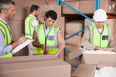Άνθρωποι στην εργασία στην αποθήκη εμπορευμάτων στοκ εικόνες