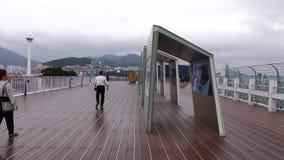 Άνθρωποι στην κορυφή του κτηρίου Lotte Mart σε Busan, Κορέα απόθεμα βίντεο